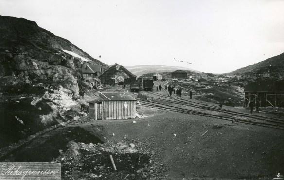 Byggnation av stationsbyggnad inklusive lokstall. Foto: Erland Groth 1899. Kiruna bildarkiv.