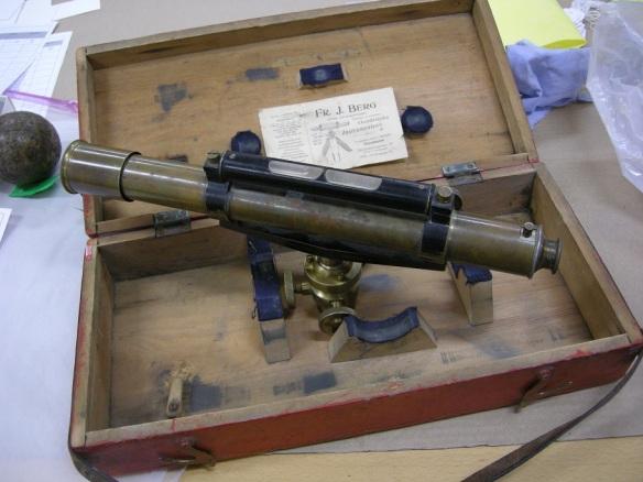 Avvägningsinstrument 90-1940-tal liknande en tubkikare gjord i brons.