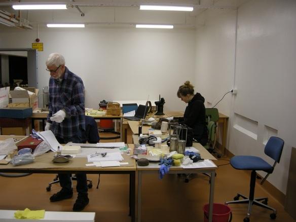 Åke Åström och Veronica Östby jobbar med rengöring av föremål från Norrbottens museums samlingar.