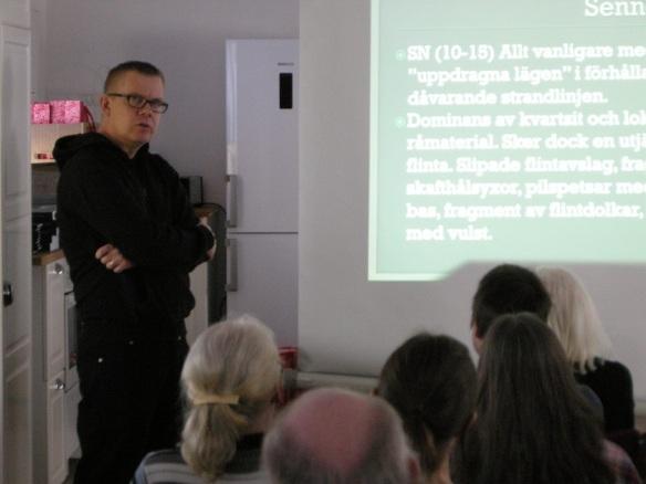Mikael Dahlin, entusiastisk småländsk arkeolog och anordnare av seminariet i Blankaholm, pratar inför intresserad publik. Foto: Olof Östlund