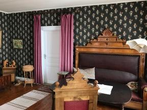 Finrum i bostadsdelen av skeppshandeln. Här var det relativt nytapetserat, men man hade använt befintliga tapetrullar som funnits i huset. Foto: Jennie Björklund ©Norrbottens museum