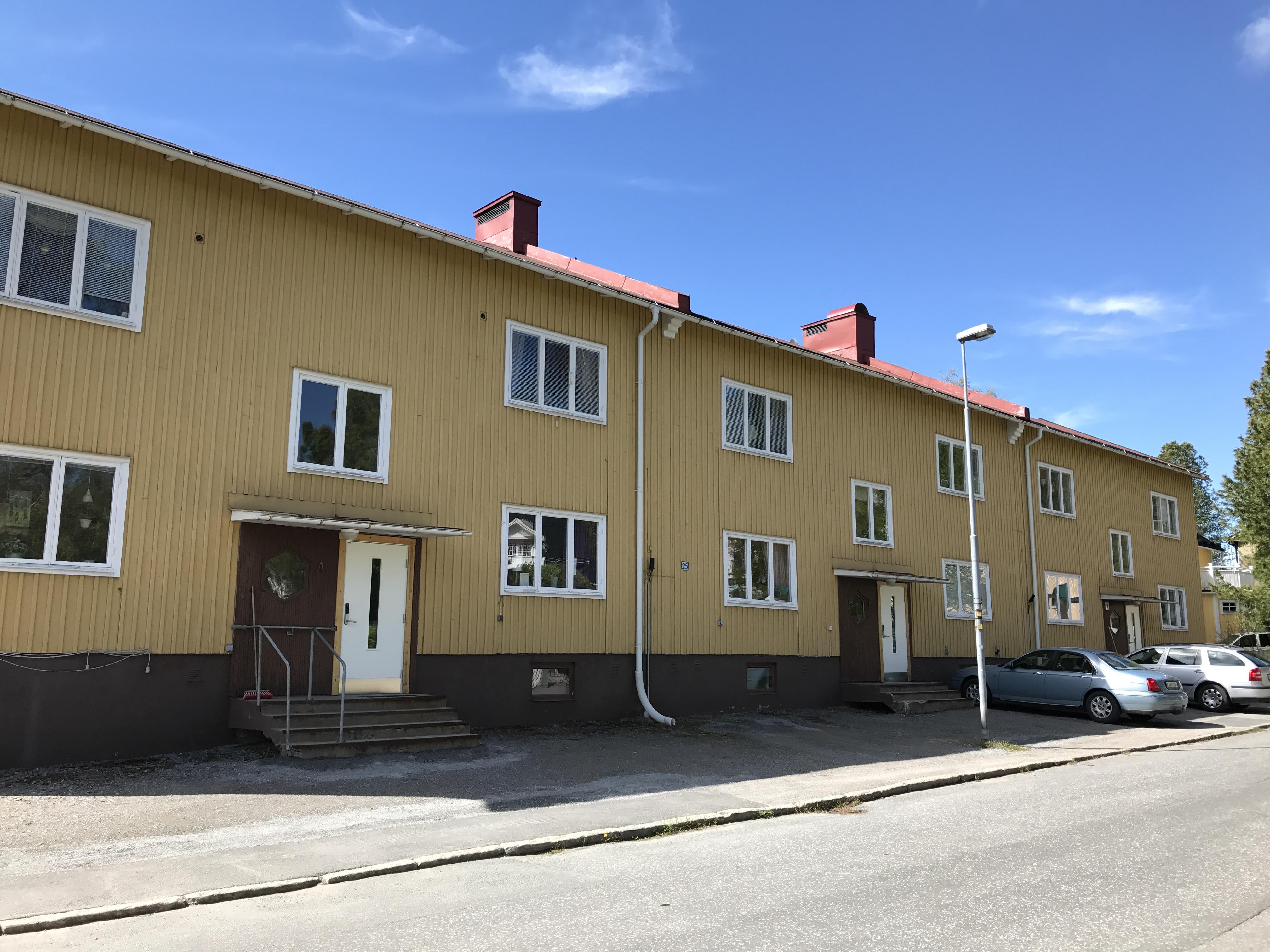 Byggnad med utbytta dörrar