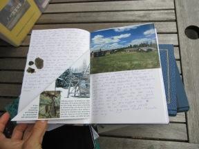 I vissa böcker finns det mer än bara text. Här från ett besök på Rismyrliden i Skellefteå. Foto: Sophie Nyblom ©Norrbottens museum