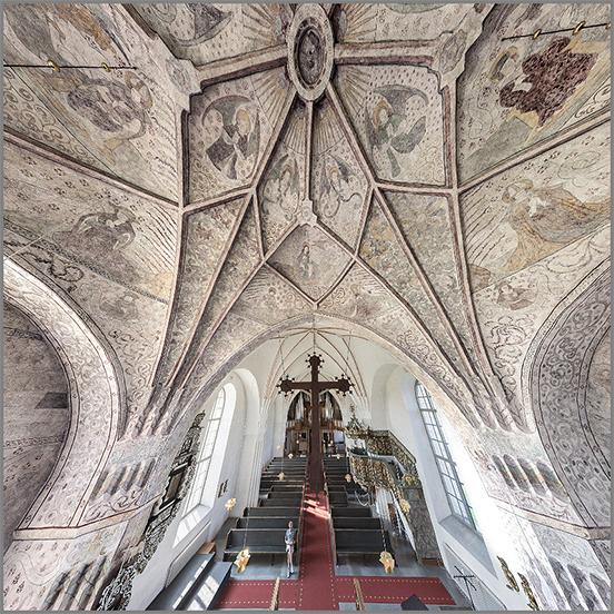 Foto av takmålningar i en kyrka
