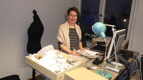 Carina Bennerhag från LTU/Norrbottens museum går igenom fynd från Harrsjöbacken. Foto: Olof Östlund, Skellefteå museum